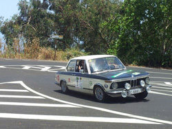 Jesús y Yeray con el BMW 2002